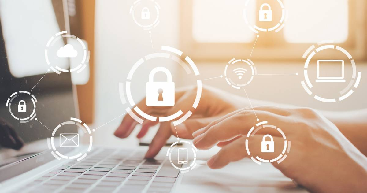 Zakenman die aan laptop werkt. Bescherm de netwerkbeveiligingscomputer en bescherm uw gegevensconcept. Digitale criminaliteit door een anonieme hacker
