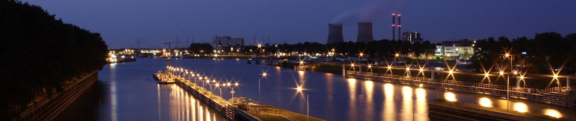 De haven van Maasbracht in de avond